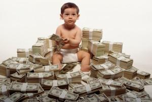 С какого возраста начинать знакомство ребенка с деньгами? Сколько и как давать деньги? Нужно ли отслеживать, на что тратит ребенок деньги? Платить ли за домашние обязанности и штрафовать ли за провинности?